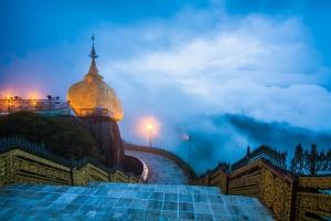 Golden Rock hiện lên kỳ ảo trong làn mây